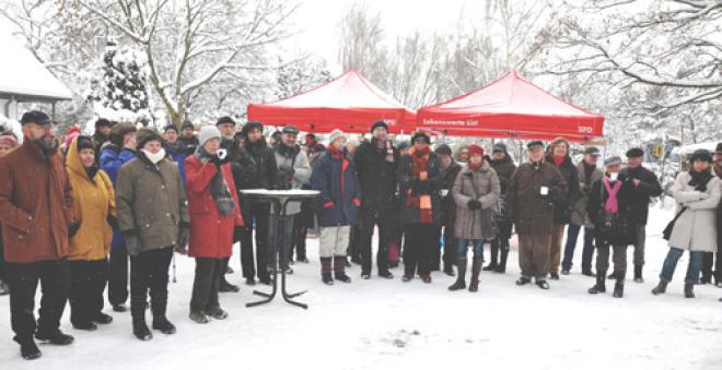 Gäste bei der Eröffnung im Schnee